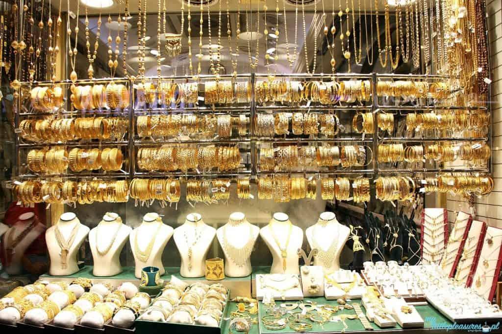Co warto przywieźć na pamiątkę z Dubaju - złota biżuteria.